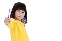 Śpiąca azjatykcia dziewczyna z toothbrush w ręce, oralny zdrowia pojęcie zdjęcia stock