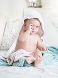 Śpiąca chłopiec zakrywająca w ręczniku ono przygląda się po kąpać się nacieranie obraz royalty free