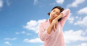 Śpiąca kobieta drzema nad niebem w piżamie zdjęcia royalty free