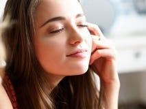 Śpiąca młoda ładna kobieta cieszy się sunbeams po noc sen fotografia stock