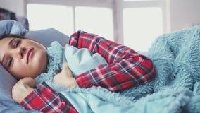 Śpiąca młoda kobieta kłama w łóżku iść z powrotem spać i zakrywa koc w piżamach swobodny ruch 3840x2160 zdjęcie wideo