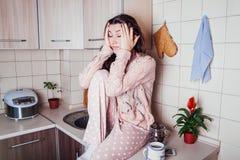 Śpiąca młoda kobieta ma śniadanie w kuchni fotografia royalty free