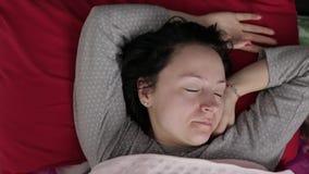 Śpiąca młoda kobieta no chce budzić się w ranku Odgórny widok zbiory wideo