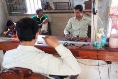 Śpiąca sjesta w Kambodżańskim fryzjer męski sklepie Fotografia Royalty Free