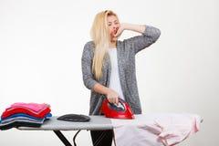 Śpiąca zmęczona kobieta ma odziewa odprasowywać Zdjęcie Stock