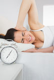 Śpiącej kobiety nakrywkowy ucho z ręką w łóżku Obraz Royalty Free