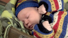 Śpiący dziecka zakończenie up zdjęcie wideo