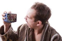Śpiący gniewny mężczyzna krzyczy w budziku w wczesnym poranku Obrazy Stock