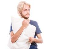 Śpiący młody człowiek trzyma białą poduszkę Zdjęcia Stock