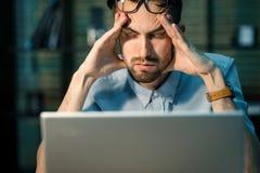 Śpiący pracownik z laptopem fotografia stock