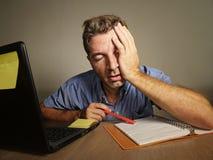 Śpiący zmęczony i skołowany mężczyzna pracuje na laptop księgowości bierze notatki na notepad przepracowywał się cierpienie depre Obrazy Royalty Free