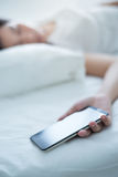 Śpi podczas gdy używać smartphone zdjęcia royalty free