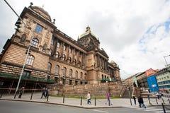 Śpieszyć się ludzi wokoło muzeum narodowego w Praga Fotografia Royalty Free