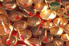 Śpiewać puchary brąz Złoci śpiewów puchary sprzedają na ma zdjęcie stock