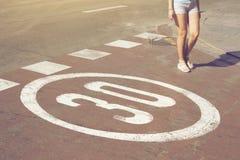 Śpiewa prędkości ograniczenie malujący na drodze w Barcelona, Hiszpania, i Obraz Stock