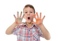 Śpiewacka chłopiec z kolorowymi malującymi palcami rozprzestrzeniającymi obrazy stock