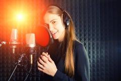 Śpiewacka dziewczyna śpiewa fachowy mikrofon w dokumentacyjnym studiu Proces tworzy nowego przebój młodym piosenkarzem obraz royalty free