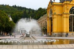 Śpiewacki budynek kolumnada i fontanna obrazy royalty free
