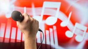 Śpiewacki mikrofon w ręce Fotografia Stock