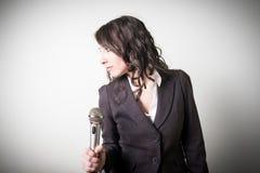 Śpiewacki piękny młody bizneswoman Fotografia Royalty Free