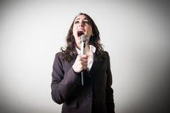 Śpiewacki piękny młody bizneswoman Obrazy Royalty Free