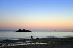 śpiewania zachód słońca na plaży Zdjęcia Royalty Free