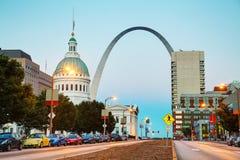Śródmieścia St Louis, MO z Starym gmachem sądu Ar i bramą Obrazy Royalty Free