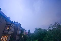 Śródnocna burza nad Wiedeń przedmieściami obrazy stock