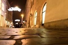 Śródnocna romantyczna ulica z mokrym brukiem zdjęcie stock
