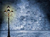 Śródnocna sceneria w ulicach London, posępnieje lampion, myst Fotografia Stock