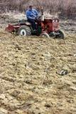 Śródpolna praca w obszarach wiejskich Transcarpathia w wiośnie Fotografia Royalty Free