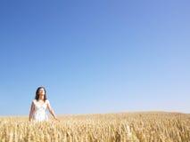 śródpolna pszeniczna kobieta obraz stock