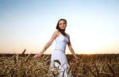 śródpolna pszeniczna kobieta zdjęcie stock