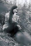 śródpolna siedząca kobieta Obrazy Stock