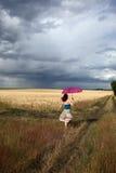 śródpolnej dziewczyny działający parasol Fotografia Royalty Free