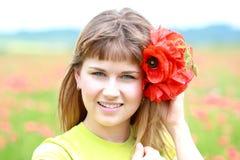 śródpolnej dziewczyny szczęśliwy maczek Zdjęcia Royalty Free