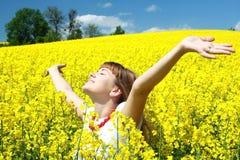 śródpolnej dziewczyny szczęśliwy rapeseed Obrazy Royalty Free