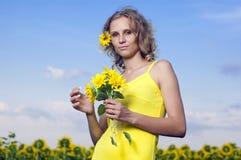 śródpolni dziewczyny słońca słoneczniki młodzi Zdjęcia Royalty Free