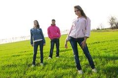 śródpolni zieleni grupy ludzie młodzi Obrazy Royalty Free