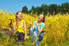 śródpolnych dziewczyn złoty roześmiany ładny odpoczynek dwa Zdjęcie Royalty Free