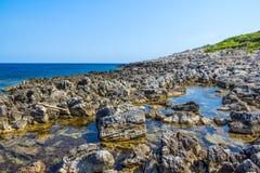 Śródziemnomorscy skaliści brzeg zdjęcia royalty free