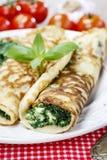 Śródziemnomorska kuchnia: krepy faszerować z serem i szpinakiem Zdjęcia Royalty Free