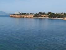 Śródziemnomorska plaża w słonecznym dniu zdjęcie stock