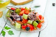 Śródziemnomorska sałatka z ośmiornica pomidorów ogórka cebulą zdjęcia royalty free