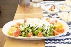 Śródziemnomorska stylowa sałatka dla rybiego posiłku na drewnie fotografia royalty free