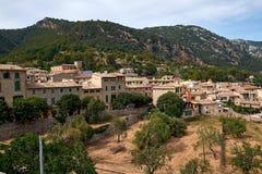 Śródziemnomorska wioska w Tramuntana górach, widok Valldemossa, piękny krajobraz Majorca wyspa Hiszpania Fotografia Royalty Free