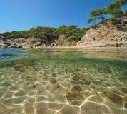 Śródziemnomorska zatoczka z skałą i piasek podwodny zdjęcie stock
