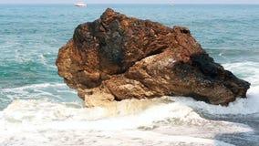 Śródziemnomorski falowy rytm na dużym kamieniu zdjęcie wideo