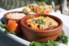 ŚRÓDZIEMNOMORSKI jedzenie W CYPRYJSKIM GLINIANYM garnku Obrazy Stock