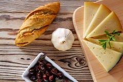 Śródziemnomorski karmowy chlebowy bochenka czosnek, ser i Fotografia Stock